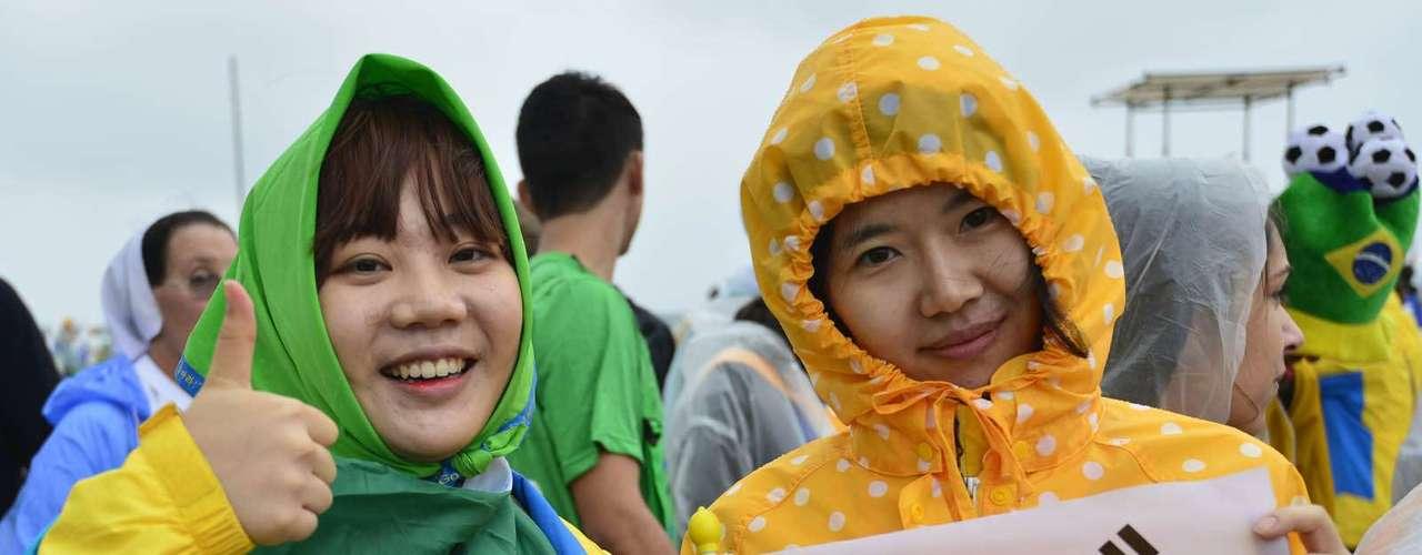 23 de julho -Com bandeira da Coreia do Sul, garotas aguardam início da missa de abertura da Jornada Mundial da Juventude