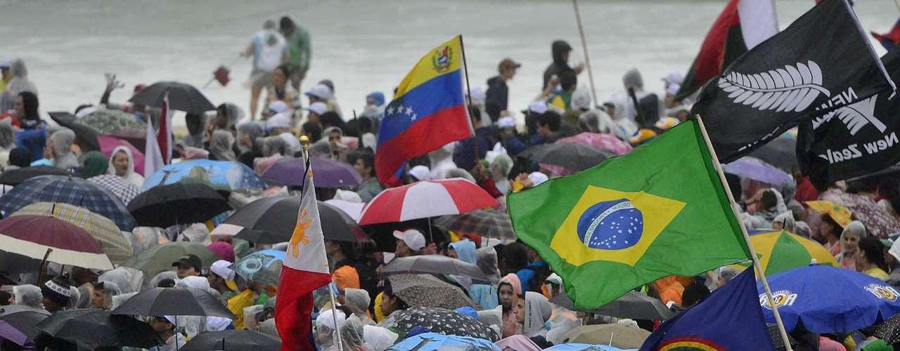 23 de julho -Público aguarda na chuva início da abertura da Jornada Mundial da Juventude