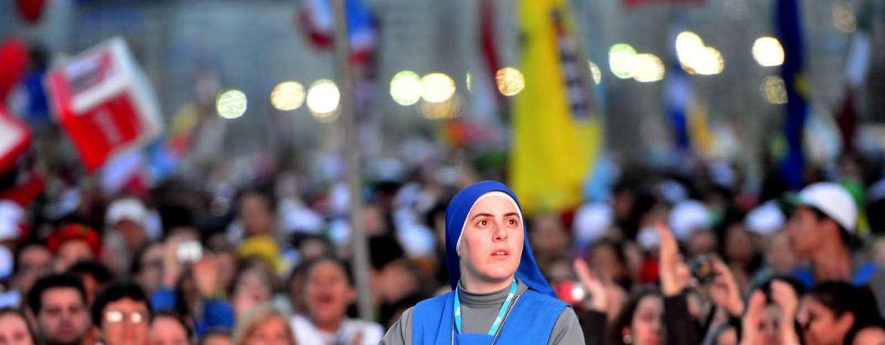 23 de julho -Fiel aguarda início da missa em Copacabana