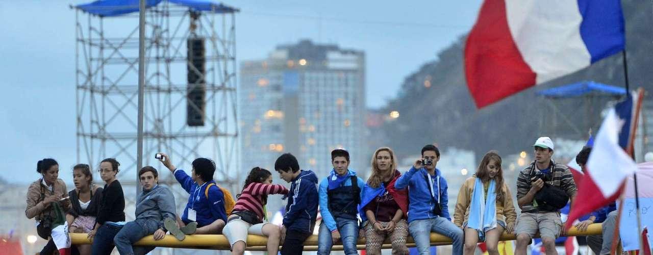 23 de julho -Fiéis usam trave para acompanhar a abertura da Jornada Mundial da Juventude, em Copacabana