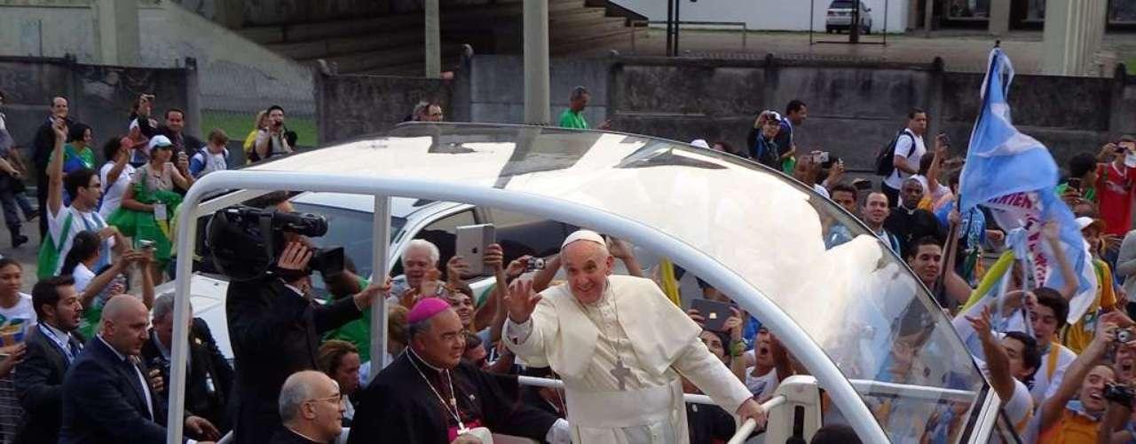 22 de julho - Papa Francisco acena para os peregrinos que o receberam na Catedral Metropolitana do Rio de Janeiro