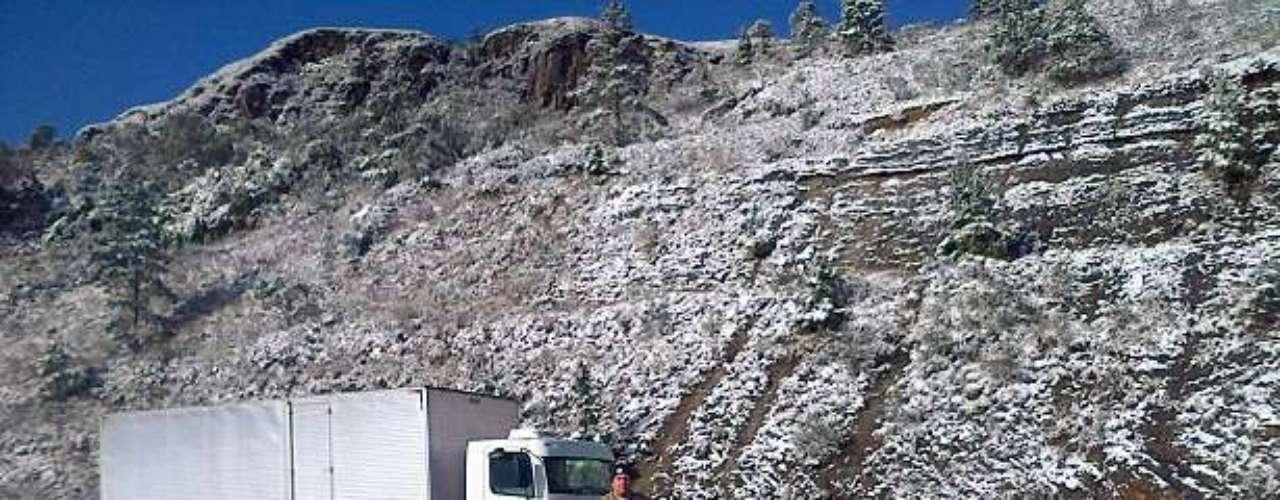23 de julho - Pela manhã, as margens da BR-282, em Rancho Queimado (SC), a 65 quilômetros de Florianópolis, ainda registrava a presença da neve que começou a cair ainda na noite anterior