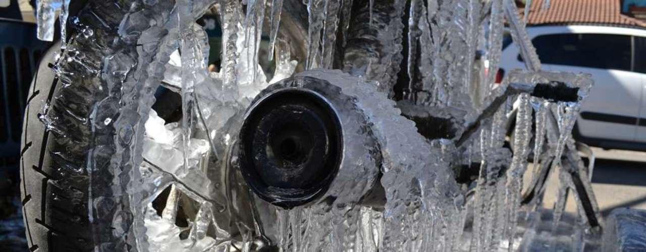 24 de julho - Motocicleta congelada chamou a atenção de quem transitou pelo centro de São Joaquim (SC)