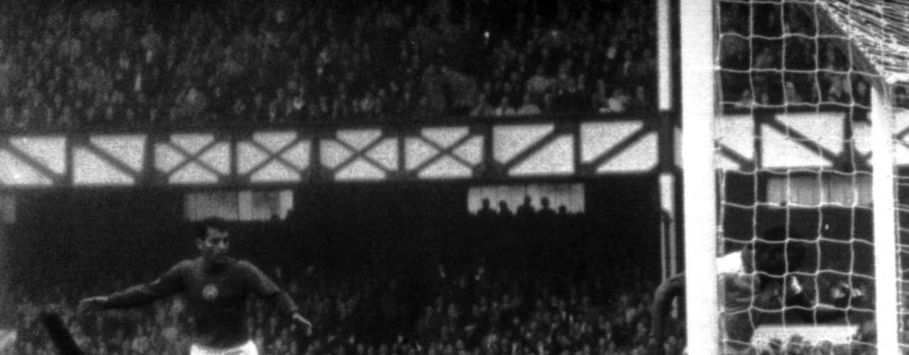 Djalma Santos tenta evitar gol de Ference Bene durante derrota da Seleção Brasileira para a Hungria por 3 a 1 na Copa do Mundo de 1966, na Inglaterra; a partida foi realizada em Liverpool, em 15 de junho