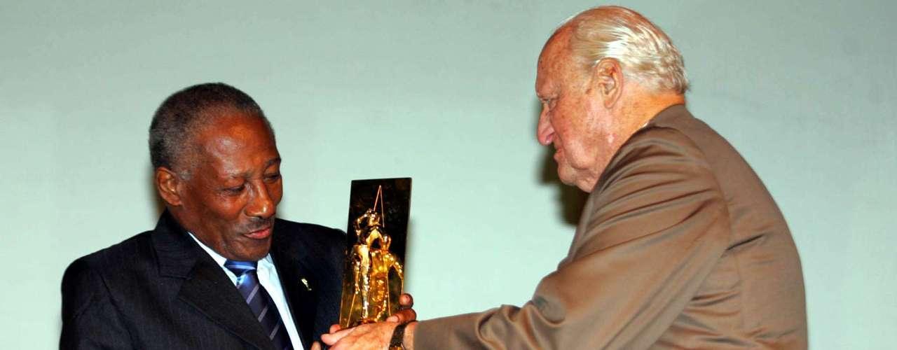 Djalma Santos é homenageado pela CBF e recebe prêmio de João Havelange em 2006
