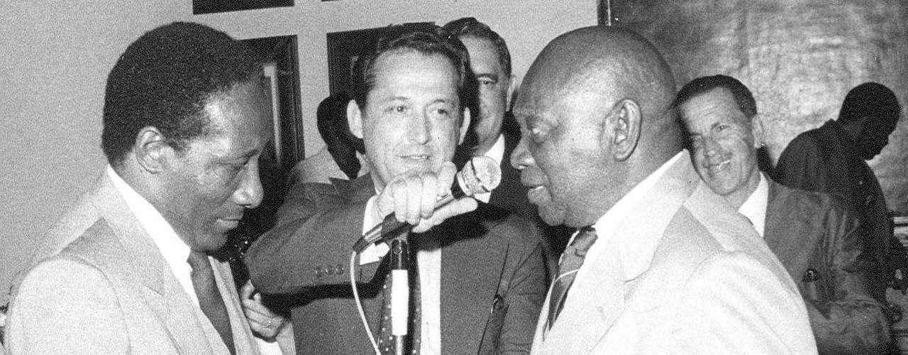 Djalma Santos (à esq.) e o ex-massagista Mário Américo (à dir.) são homenageados com diploma de Honra ao Mérito por serviços prestados à Seleção Brasileira, em cerimônia da Secretaria de Esportes da Prefeitura de São paulo, em 6 de dezembro de 1981