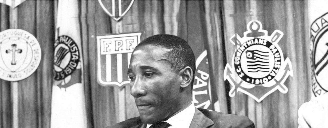 Djalma Santos participa de reunião para definir regulamento do Campeonato Paulista de 1971, na sede da Federação Paulista de Futebol