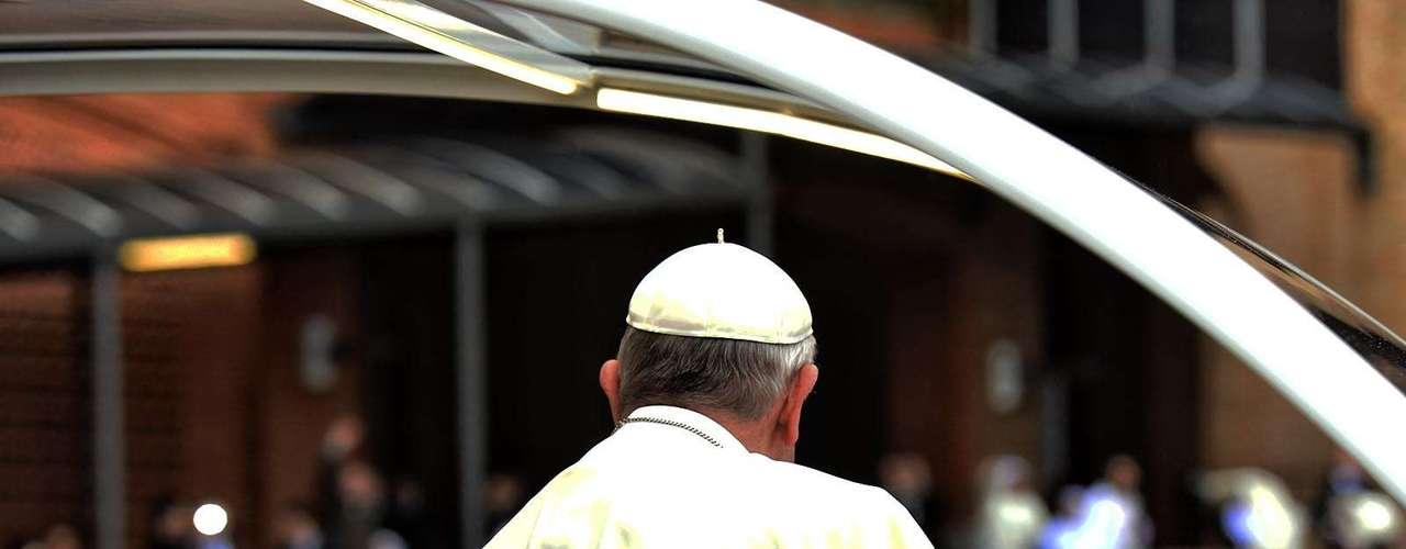 24 de junho - Durante o trajeto, ele foi acompanhado pelos fiéis