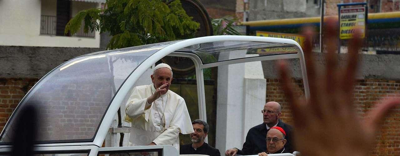 24 de junho - Papa acenando para os fiéis de Aparecida