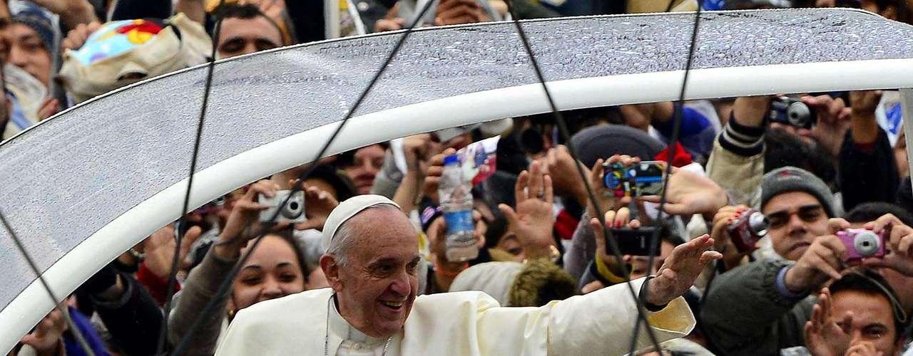24 de julho -Mais uma vez, o pontífice escolheu um carro aberto e sem blindagem