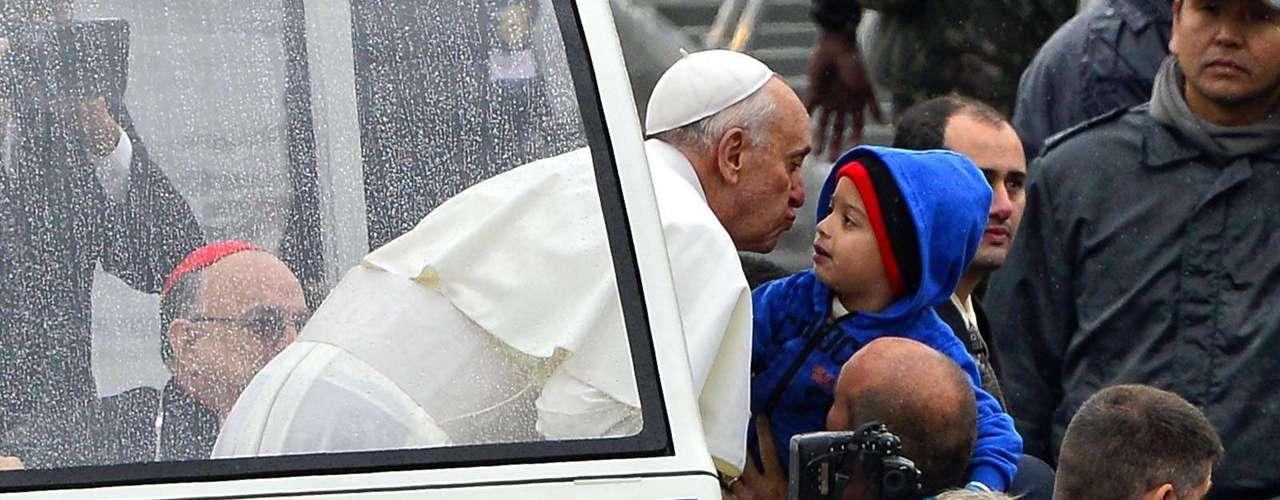 24 de julho - urante o percurso, o Papa beijou uma criança que o aguardava