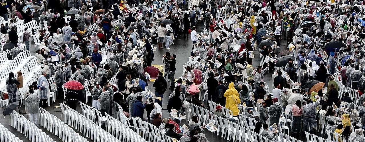 24 de julho -   Muitas cadeiras foram colocadas no estacionamento do santuário