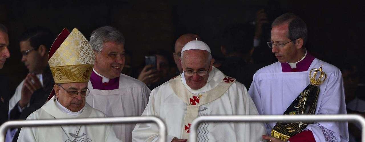 24 de abril -A santidade preferiu dar a aguardada bênção aos fiéis que não assistiram à cerimônia dentro da basílica em espanhol