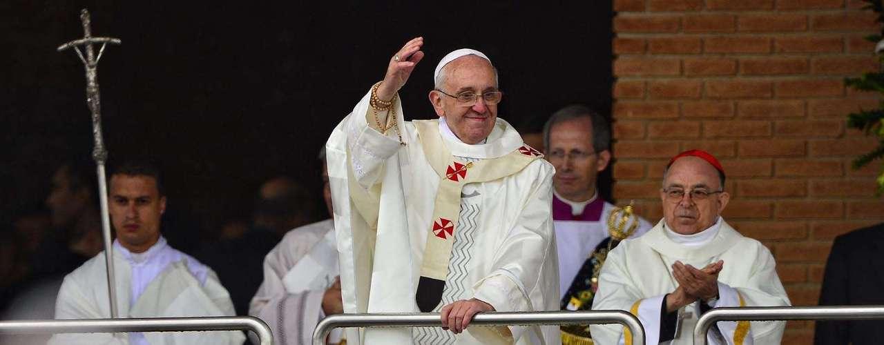 24 de abril - O retorno do pontífice seria no dia 12 de outubro de 2017, aniversário de 300 anos do primeiro milagre da santa