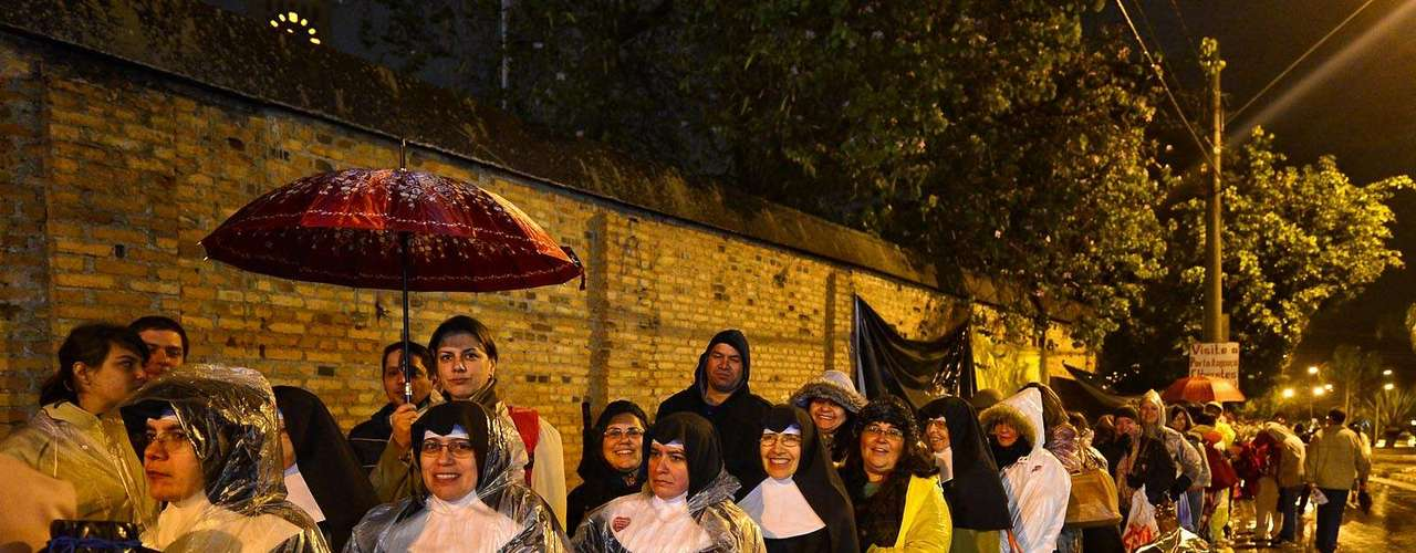 24 de julho  Freiras aguardam a abertura dos portões para entrar na basílica de Aparecida