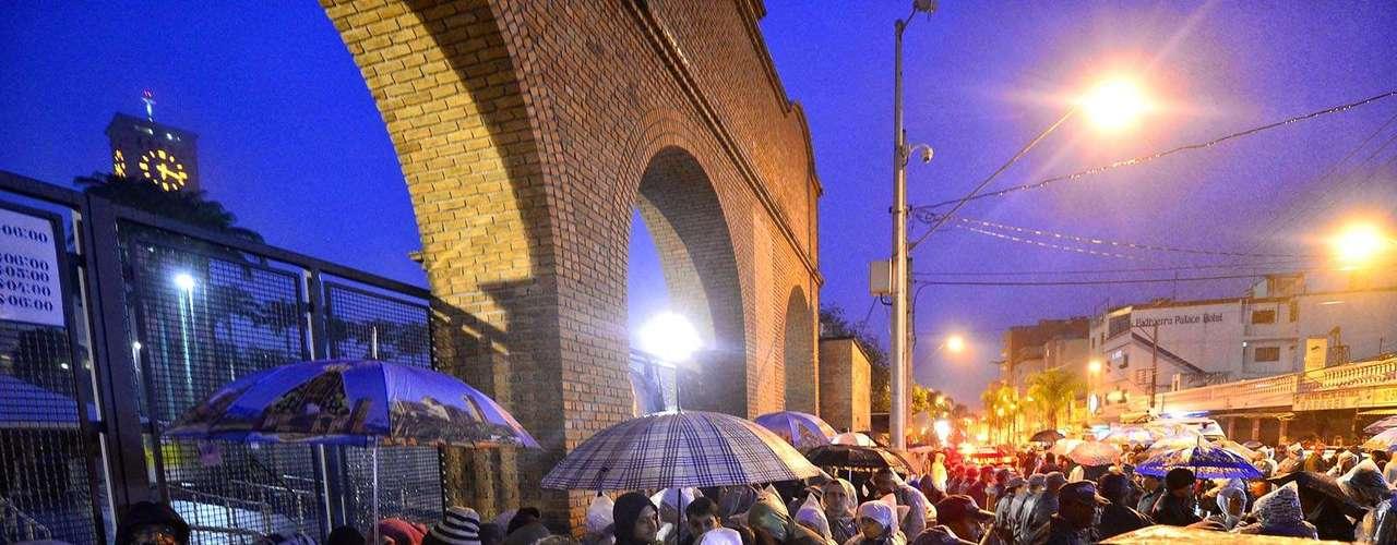 24 de julho - Policiais acompanharam os fiéis na fila para evitar aglomerações