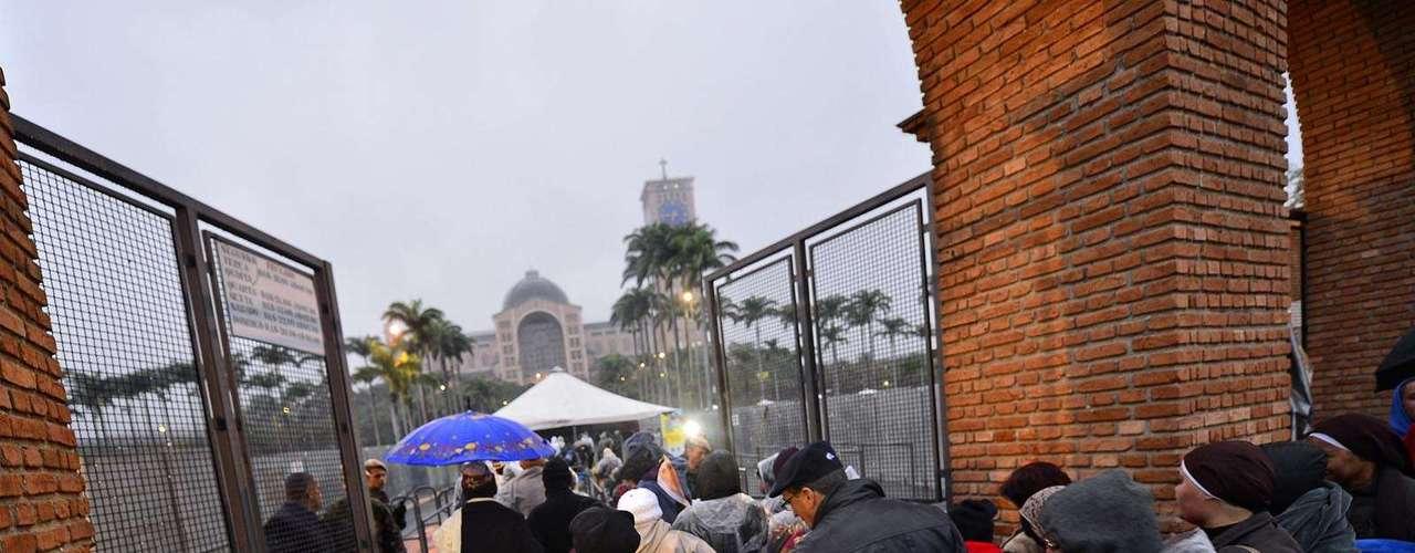 24 de julho - Momento da abertura dos portões, na manhã desta quarta-feira