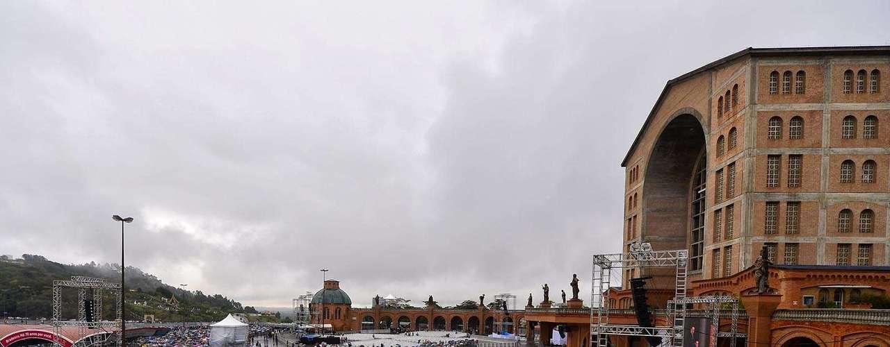 24 de julho - Fiéis em Aparecida aguardam a chegada do Papa Francisco. Mesmo com chuva, milhares de pessoas se reúnem na basílica