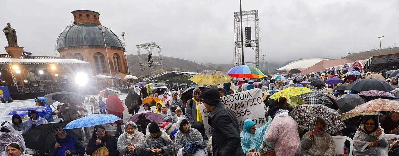 24 de julho -Fiéis em Aparecida aguardam a chegada do Papa Francisco. Mesmo com chuva, milhares de pessoas se reúnem na basílica