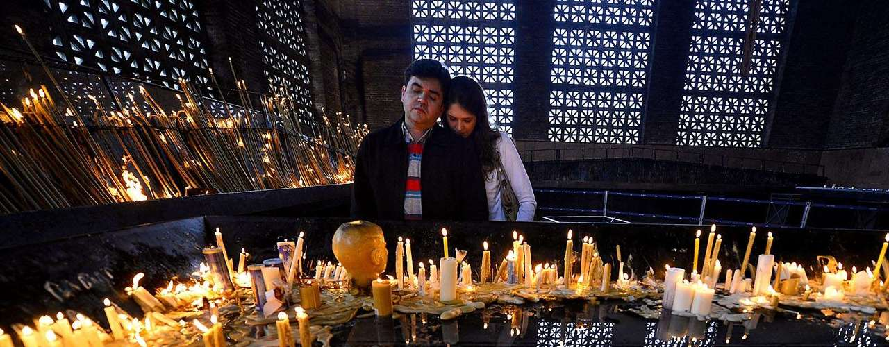 23 de julho -Casal ora no Santuário Nacional de Aparecida, um dia antes da chegada do papa Francisco ao local