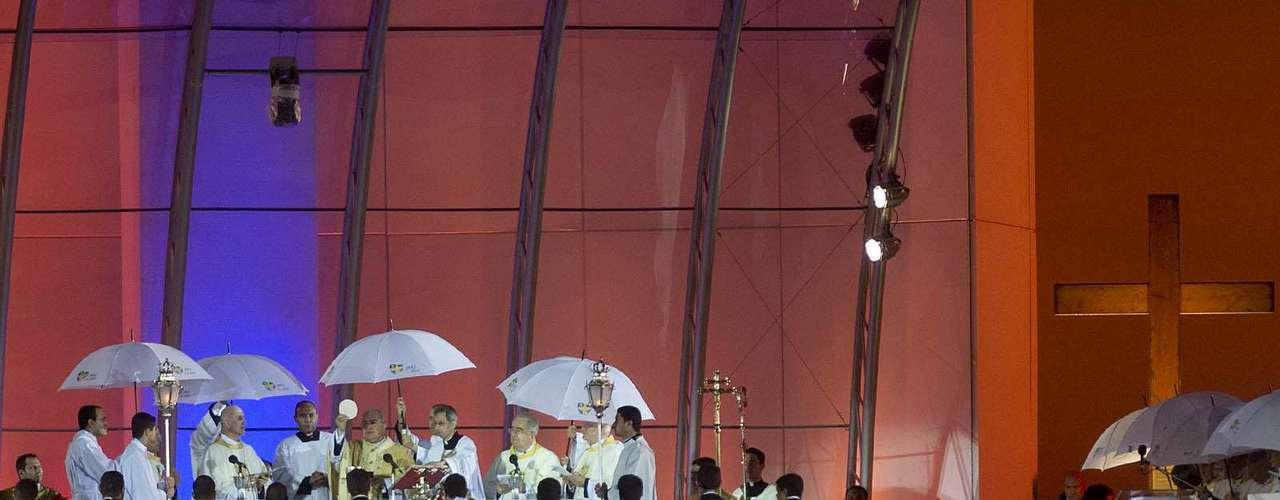 23 de julho -Missa foi feita debaixo de chuva, no altar montado no palco em Copacabana