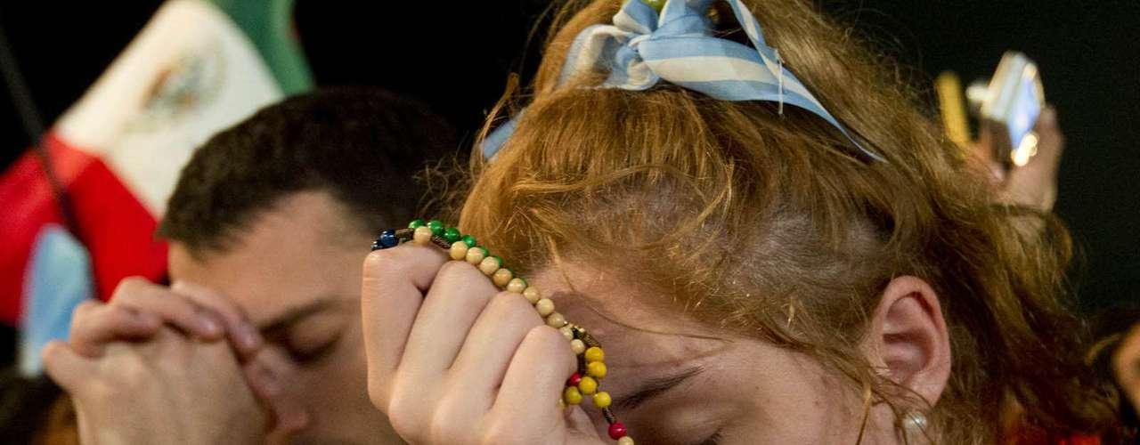 23 de julho -Garota reza durante a missa de abertura da Jornada Mundial da Juventude