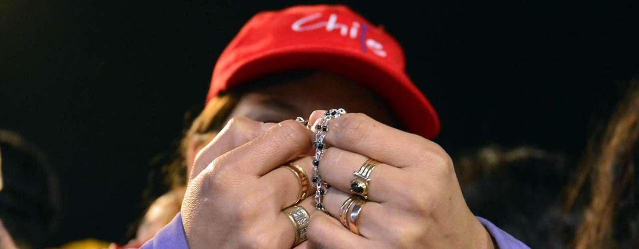 23 de julho -Com roupas e a bandeira do Chile, fiel reza durante missa de abertura da Jornada Mundial da Juventude