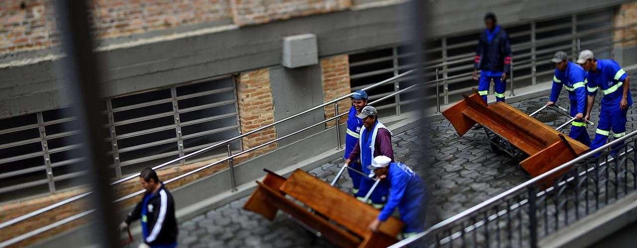 23 de julho -Homens levam bancos, preparando o Santuário Nacional de Aparecida para a visita do papa Francisco