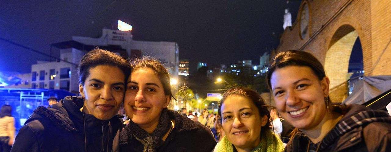 23 de julho -Cristiane do Carmo, Paula Procenschi, Talita Luana Silva e Claudineia Silva vieram de Itatiba, cidade do interior de São Paulo próximo à Campinas, para acompanhar a missa. O grupo improvisou um \