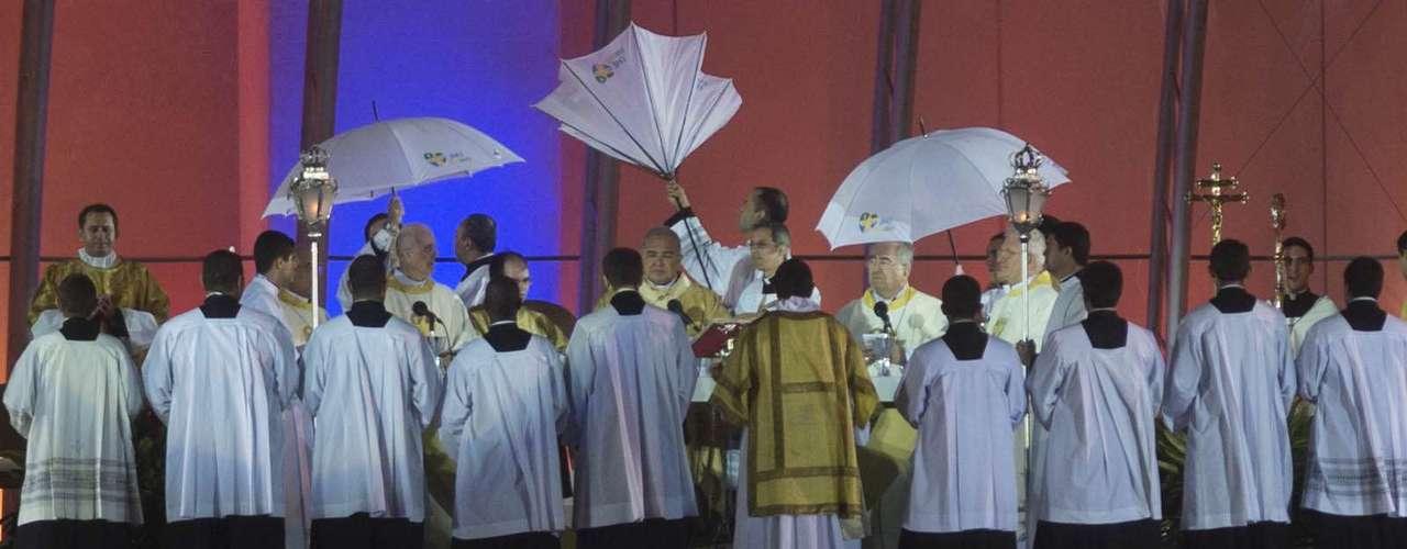 23 de julho -Missa na praia de Copacabana teve chuva, frio e vento forte