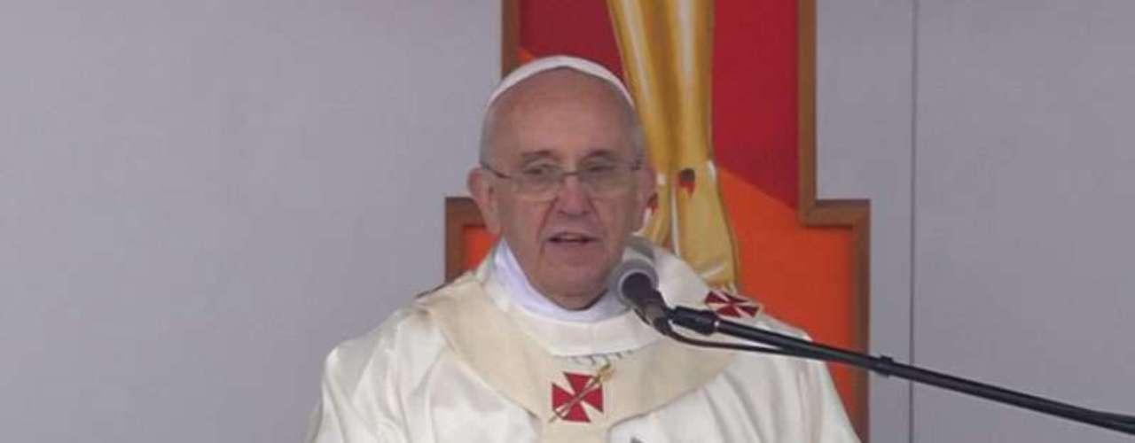24 de junho - Do lado de fora da basílica, o Papa abençoou os fiéis que não puderam entrar