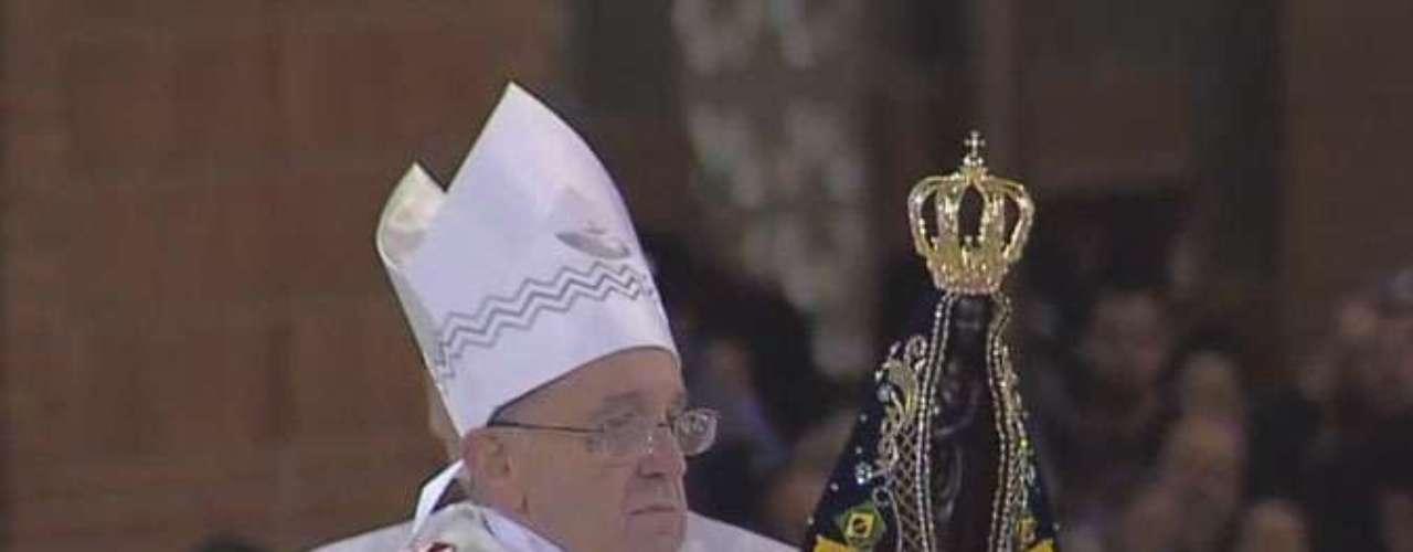 24 de junho - Mais uma vez, a imagem de Nossa Senhora Aparecida foi usada na ritual