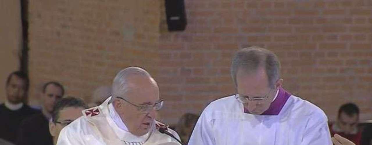 24 de junho - Durante a eucaristia, Papa Francisco abençoa a hóstia consagrada