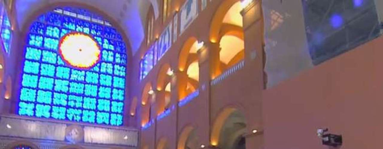 24 de junho - Fiéis entraram na basílica com bandeiras dos Estados brasileiros