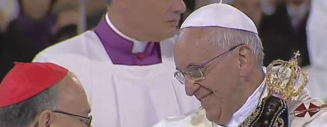 24 de julho -  No salão principal da basílica, ele recebeu a imagem nas mãos antes de iniciar a missa