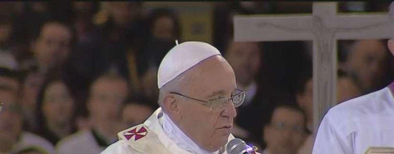 24 de julho - Papa rezando a missa dentro do santuário de Aparecida