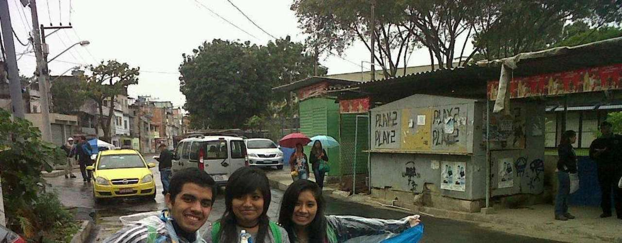 24 de julho - Um grupo de cerca de 30 peregrinos argentinos escolheu visitar a comunidade de Varginha, na favela de Manguinhos, na zona norte, onde o Papa estará na quinta-feira