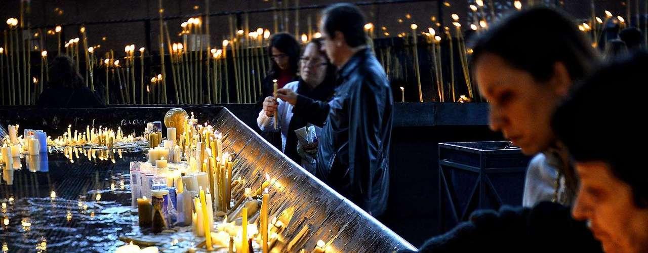 23 de julho -Fiéis acendem velas um dia antes da chegada do papa Francisco ao Santuário Nacional de Aparecida