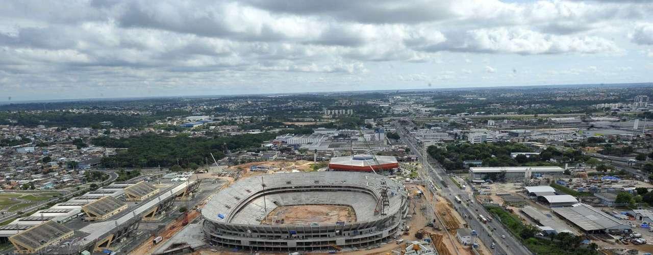 25 de julho de 2013: sede da região Norte no Mundial, o estádio faz a preparação para instalar as cadeiras nas arquibancadas e iniciar a plantação do gramado