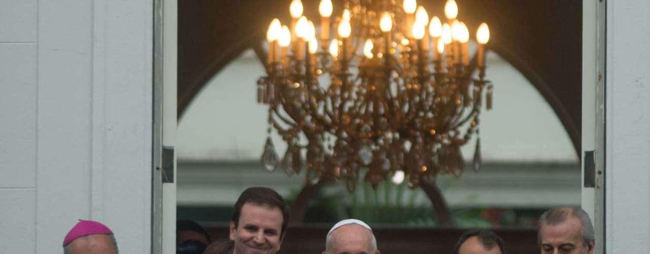 25 de julho - Na mesma cerimônia em que recebeu as chaves, Papa abençoou as bandeiras das Olimpíadas 2016
