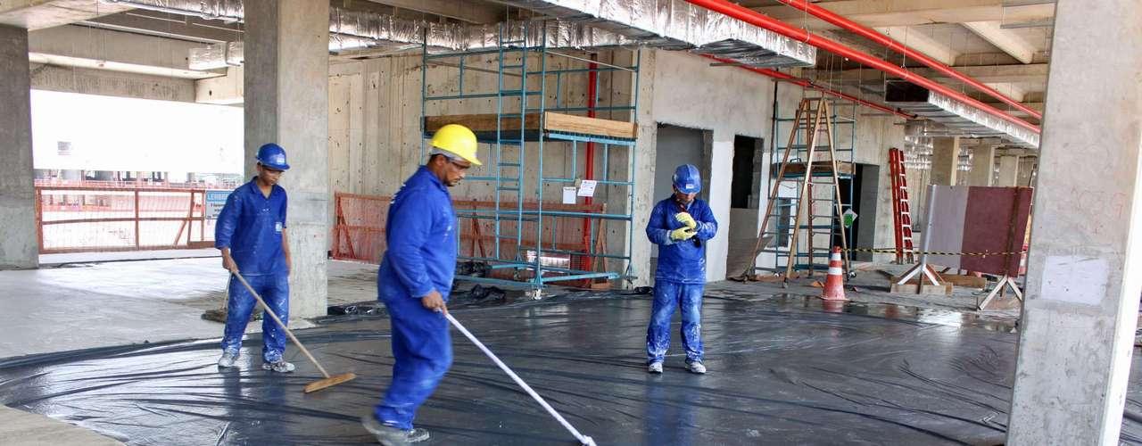 25 de julho de 2013: operários trabalham na área interna do estádio