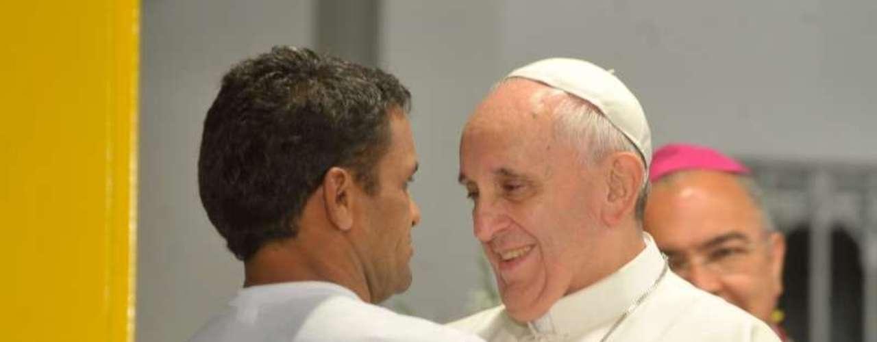 24 de julho -Papa abraça homem durante inauguração do Polo de Atendimento a Dependentes Químicos do hospital São Francisco
