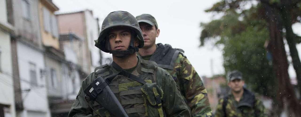25 de julho -  Homens do Exército se preparam para a chegada do Papa
