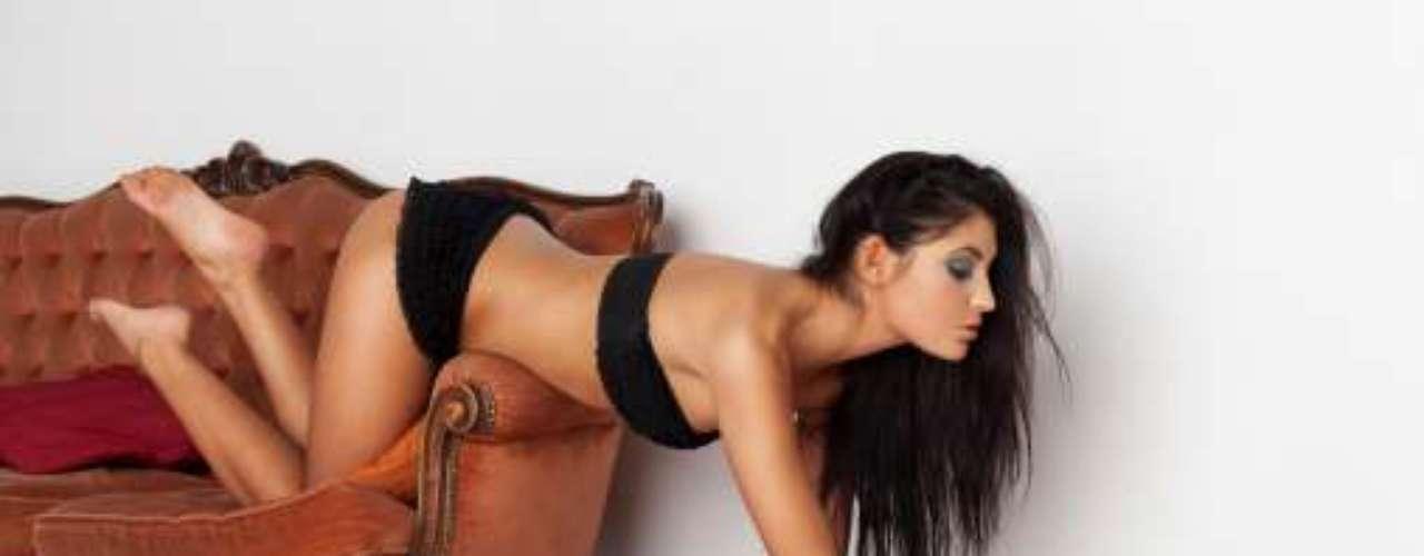 3. Na chaise da varanda Uma chaise é um acessório perfeito para o sexoporque é estreita o suficiente para que você fique por cima. Você pode ajeitá-la para que fique semi-reclinada e deitar-sesobre ele de costas. Coloque as mãos no encosto e, se essa posição estiver desconfortável, ajoelhe no assento com as pernas deleentre as suas. Não se esqueça de se certificar de que nenhum vizinho está olhando a cena