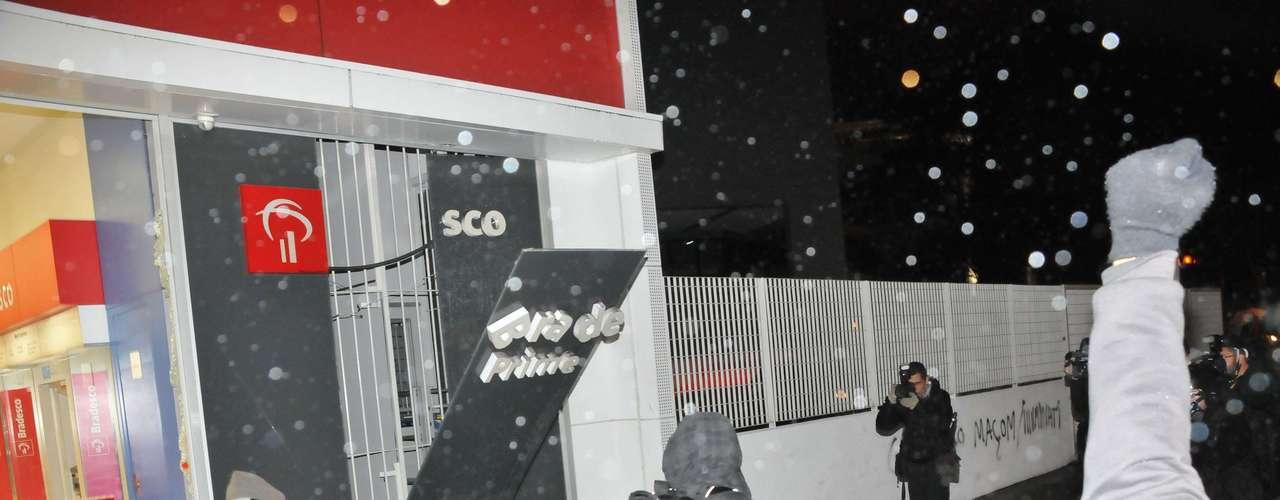 26 de julho -Fachada do Bradesco é vandalizada e identificação do banco é destruída