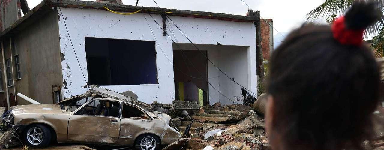 Casas foram destruídas com a força d'água