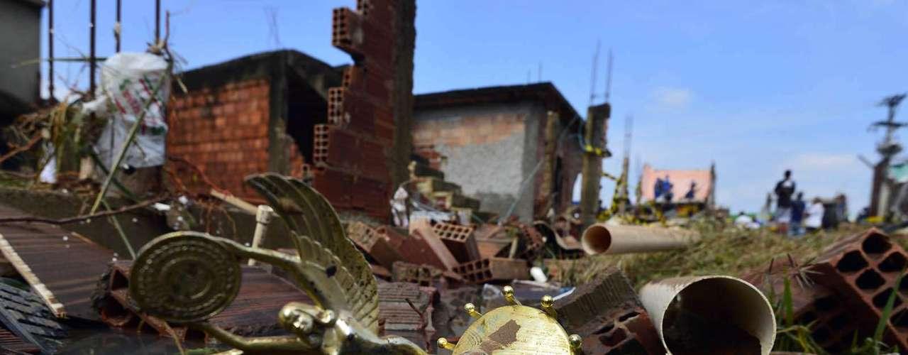Troféu ficou espalhado entre os escombros