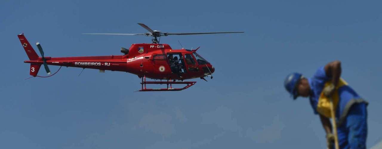 Bombeiros usaram helicóptero, botes e barcos durante o salvamento