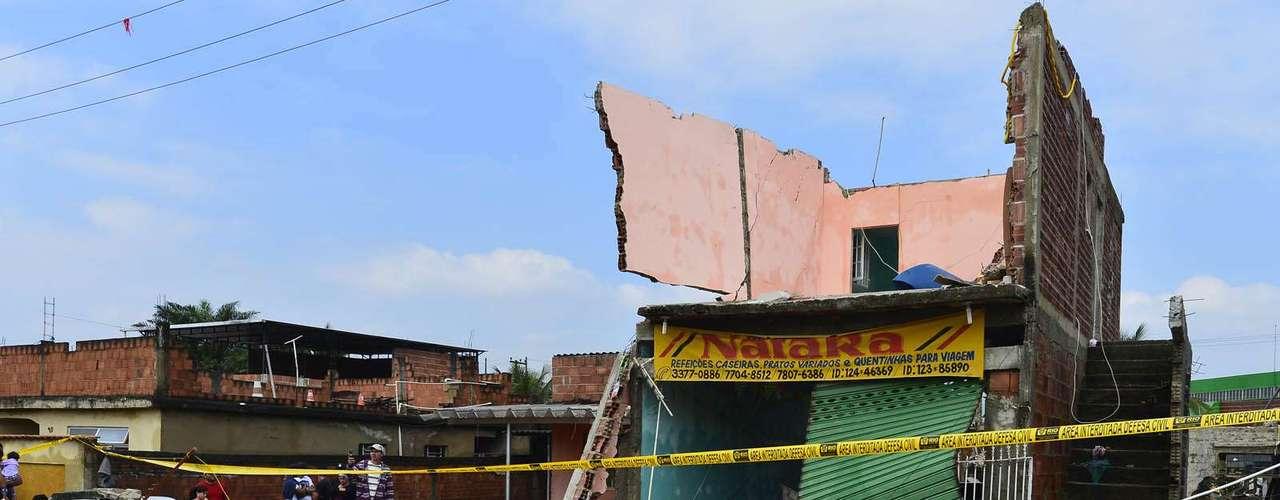 Muitas casas foram totalmente destruídas pela força d'água