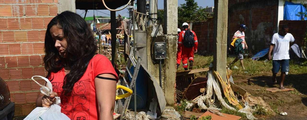 Moradores recolhem o que sobrou da tragédia